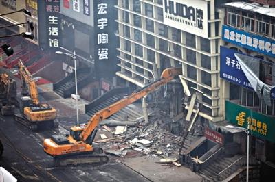 一台破拆机器正在现场进行破拆工作。1月2日,哈尔滨一仓库大火,5名消防员在救火中牺牲。本版摄影/新京报记者 周岗峰
