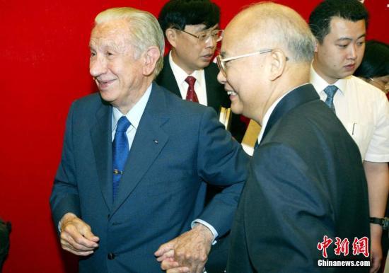图为2003年7月,国际奥委会终身名誉主席萨马兰奇的著作《奥林匹克回忆》中文版首发式在北京举行,何振梁出席首发式并表示祝贺。中新社发 毛建军 摄
