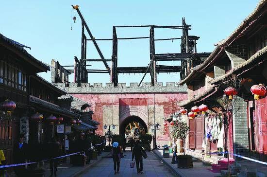 云南巍山古城拱辰楼烧毁前和烧毁后 图为2015年1月3日摄 新华社记者 蔺以光/摄