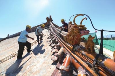 工人们正在修缮古建筑。京华时报记者范继文摄
