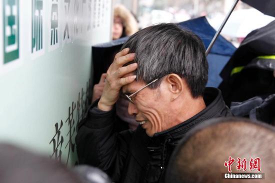 2月18日上午,上海市第二中级人民法院对复旦投毒案依法公开一审宣判,被告人林森浩犯故意杀人罪被判死刑,剥夺政治权利终身。图为林森浩父亲得此消息后痛不欲生。中新社发 汤彦俊 摄