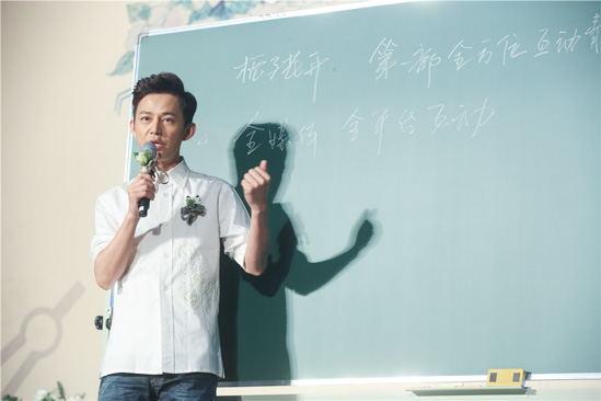 2014年,何炅时隔19年后重返央视舞台,坐镇《少年中国强》。同时,何炅也加入跨界行列,尝试转型当导演,将拍电影《栀子花开2015》。