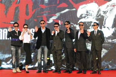 影片主演梁朝伟、章子怡、导演王家卫、出品人于冬、主演张震、王庆祥、张晋(由左至右)共同亮相。