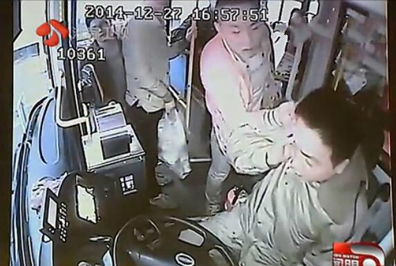 男子殴打公交司机,视频截图