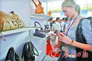 一名主顾在花都狮岭筛选皮具。(材料图像) 广州日报记者高鹤涛 摄