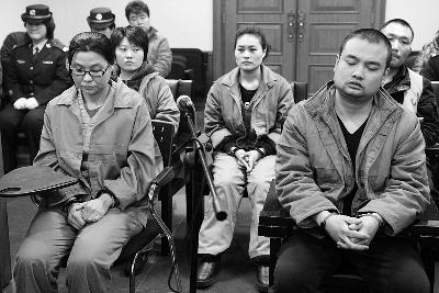 团伙受审时,第一被告人李秋月(前排左一)否认指控,当时武克良在逃 摄/法制晚报通讯员 李佳