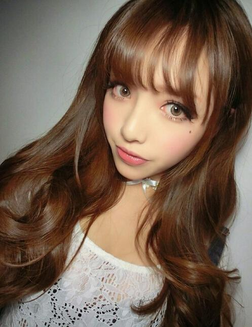 超迷人的一款空气感齐刘海发型,齐刘海显得女生脸型小巧精致,美翻了的图片