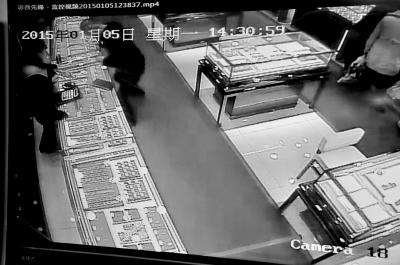 """""""鸡冠头""""珠宝店内战夺霎时被视频拍下。"""