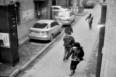 视频监控拍下的张华翔伉俪追贼的身影。