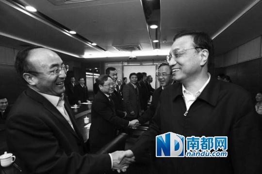 1月5日,李克强在广州与8家外向型公司担任人座谈,并和预会职员握手。