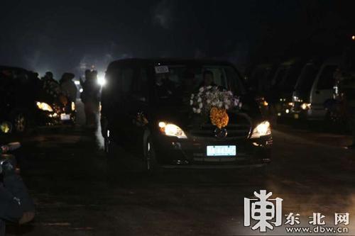 """哈尔滨""""1・2""""火警五位消防义士灵车驶出"""