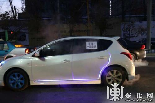 """6时50分,在哈尔滨市香坊区哈平路上,多辆私人车上贴有""""豪杰走好""""、""""一路走好""""等口号,并打着双闪自行返回河汉园殡仪馆。(记者 允诺 那鹏翔 王忠岩)"""