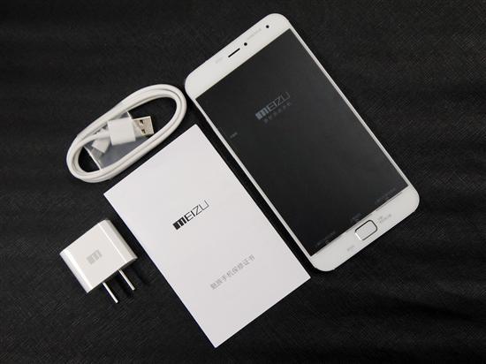 魅族MX4 Pro银翼版配件分别为数据线、充电器、保修卡以及手机一台,不包含耳机。