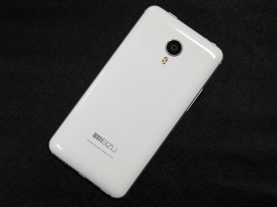魅族之所以将MX4 Pro银翼版定位常规白色机发售,主要还是因为MX4银翼版背部材质更受消费者欢迎,背部采用光滑塑料材质,手感十分舒适,但容易留下指纹。