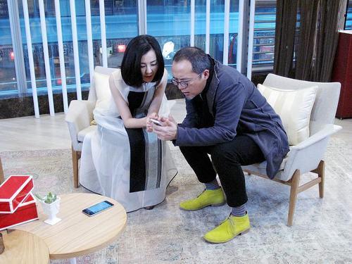 刘孜和瞿广慈讨论自己设计的新产品