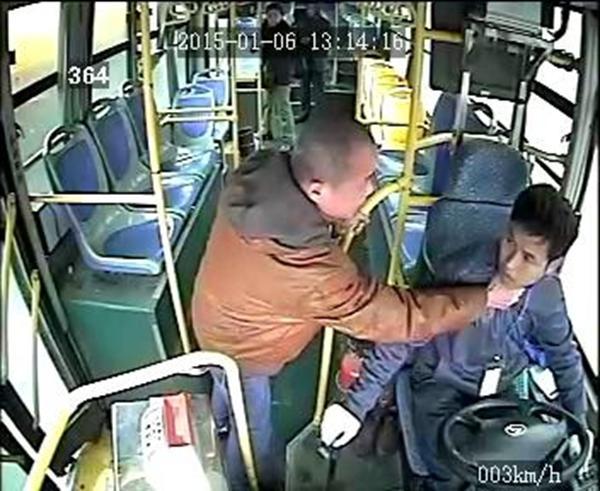 车载监控视频显示,806路公交车司机袁宋林在车辆行驶中拒绝一乘车男子提出停车的要求后,遭到该男子的反复殴打。视频截图
