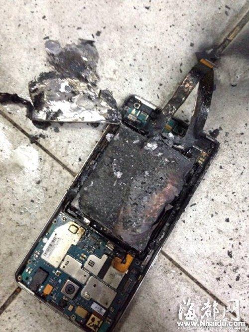 手机电池被烧焦(网友供图)
