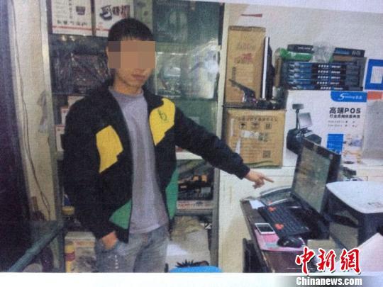 罗某指证自己发帖的电脑 江阳警方供图 摄