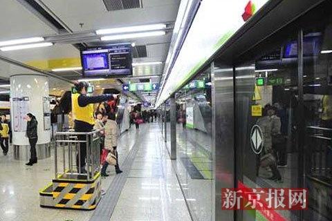 西单站的眺望台,作业人员站在此台上,在地铁经营时期可以愈加明晰地看到站台上状况,做到实时发觉实时处置。北京地铁供图