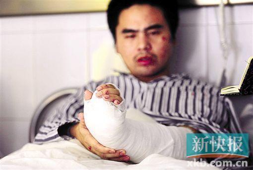 受伤的哥小李正在医院治疗。 新快报记者 毕志毅/摄