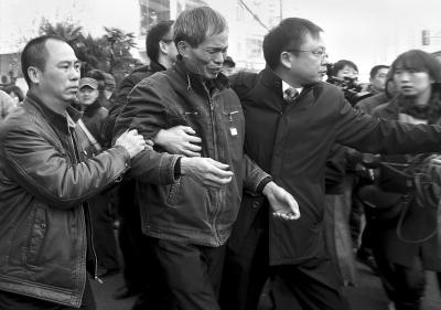 林森浩的父亲林尊耀离开法院。新华社发