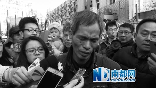 庭审结束后,林森浩的父亲走出法庭,被记者围堵追问。南都记者 莫津津 图