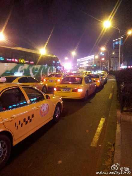 停运的出租车(图据微博网友@笔佑)