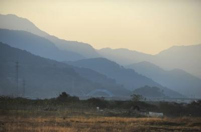 沙堤村远处的山峰在夕阳的余晖下如同一幅水墨画 东快记者吕诚/摄
