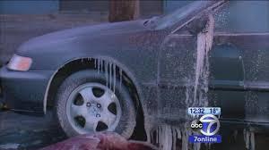 消防人员称喷水造成结冰,灭火相当困难。