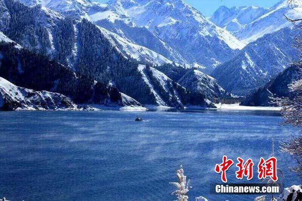 新疆天池冬景美轮美奂呈现写意山水(图)