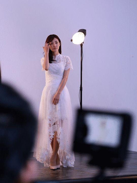 王丽坤白色长裙楚楚动人