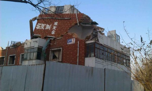 刘兴所提供的照片显示,其房屋所在的天津市北辰区集贤里街的讷河里红色小楼已被拦腰截断。