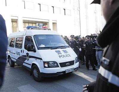 昨天,房祖名乘坐的警车在庭审后驶出法院。
