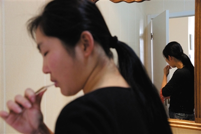 手术失败后,她不愿意看到自己的脸,就连洗漱时也不愿看见镜子里的自己。