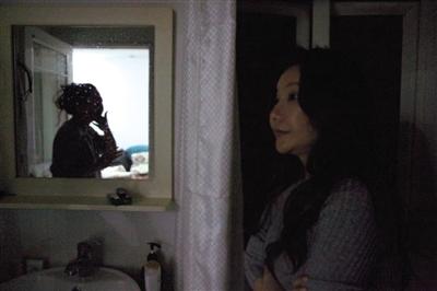 家人对陈怡丽一意孤行要去整容的行为非常不理解,跟她生活在一起的姐姐也常常因为债务问题与之发生口角。