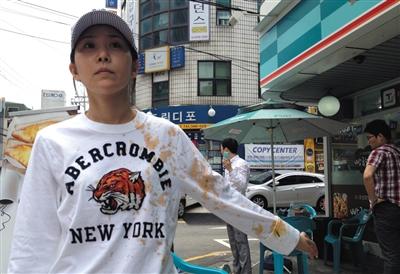 在2014年7月的一次抗议中,院方工作人员不仅撕毁她的展板还将整碗泡面淋到她身上。图为受访者提供。