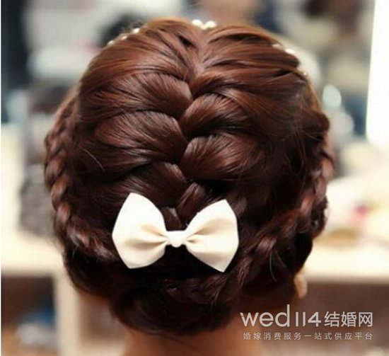 韩式新娘发型图片二 这款唯美时尚的盘发发型,很适合新娘哦!