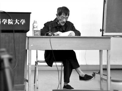去年4月网上流传着李小文院士光脚穿布鞋给学生作报告的照片。资料图片