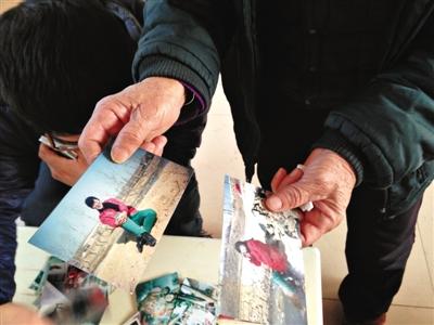 吴硕艳的父亲拿出女儿生前的照片。三个女儿中,吴硕艳是个头最高、长得最漂亮、性格最好的一个。 A16-A17版摄影/新京报记者 胡涵