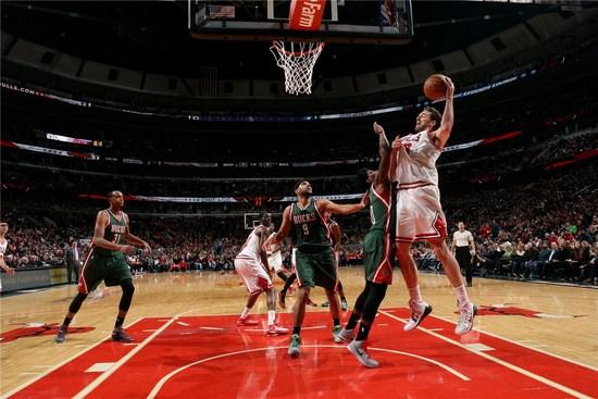 加索尔今年已经34岁高龄,在NBA的历史上自1986年以后,还从来没有一个球员能在34岁后拿到过46+18的数据。
