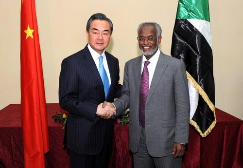 当地时间1月11日晚,外交部长王毅在喀土穆同苏丹外长库尔提举行会谈。