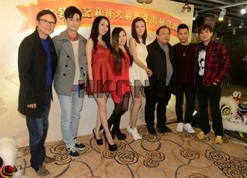1月9日,导演王晶、刘伟强在香港为投资开设的食店举行开张庆典,一众晶女郎及男艺人出席开幕活动为新店开张造势。香港中通社图片