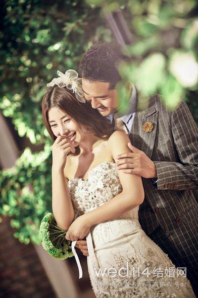心形领婚纱_...抹胸裤子的新娘心形领婚纱-穿抹胸裤子的新娘