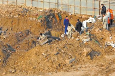 抢修人员在漏气管道所在的坑洞内排查漏气点。京华时报记者徐晓帆摄
