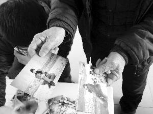 吴硕艳的父亲拿出女儿生前的照片