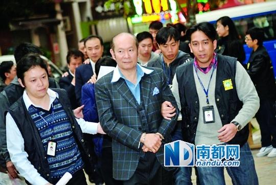 1月12日,赌王何鸿�鲋抖�何猷伦被澳门警方带走。网络图