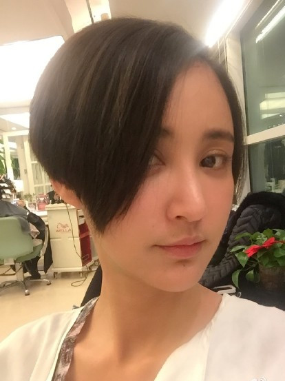 张歆艺剪三七分不等式新发型图片
