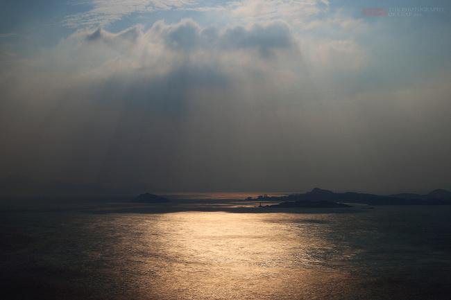 福建东山岛东门屿景区,中国四大名屿之一。自然风光秀美,人文景观众多,犹如海上仙山,与厦门鼓浪屿、温州江心醇、台湾兰屿并称中国四大名屿。东门屿也叫塔屿,面积近1平方公里,是一个近似土字形的岛屿。她坐落在东山岛铜山古城东门外海面外,以其礁石奇异、洞泉甘醇、古迹众多而闻名于世,被列为福建省十大风景名胜区之一。      2014年11月拍摄于福建东山岛      东门屿主要景观:云山石室、渔翁石、鹰嘴岩、神龟迎客等和全国海拔最低寺庙东明寺。      东门屿被誉为海上仙山。它位于铜山古城东门对面二公里远