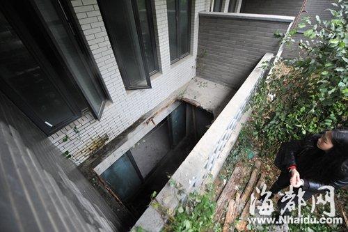 记者观察发现,塌陷处的水泥板只有三四厘米厚,水泥板下面只铺设着一层已经快要腐烂的木板,整个水泥板中,没有铺设半根钢筋