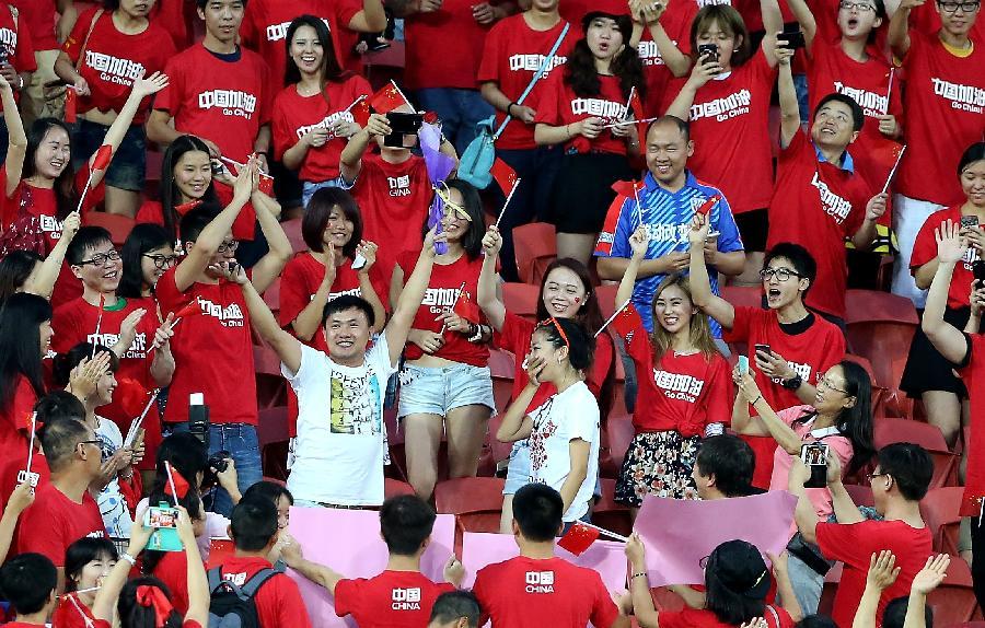 1月14日,一位中国球迷在比赛前看台上向女友求婚.
